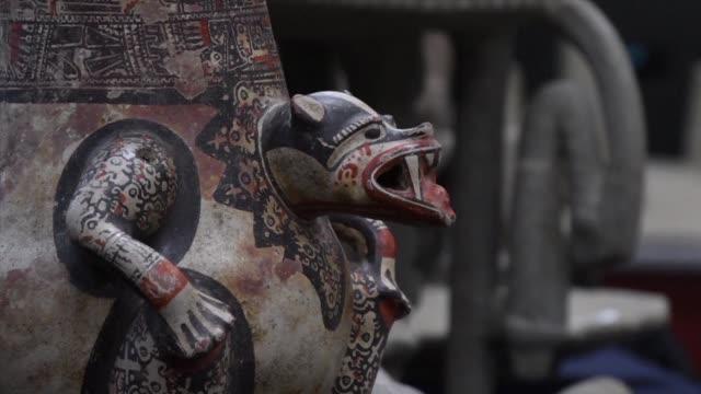 costa rica recupero casi 200 piezas precolombinas de piedra y ceramica decomisadas a un coleccionista en venezuela en la mayor recuperacion de piezas... - arqueologia stock videos & royalty-free footage