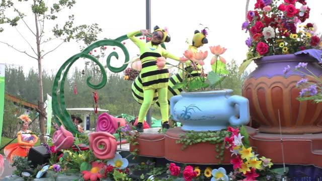 vidéos et rushes de ms costumed dancers and parade float of 2011 xian expo/xian,shaanxi,china - char de défilé