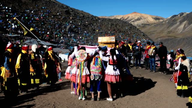 vídeos de stock e filmes b-roll de costumed dancers parade on the first day of the annual qoyllur rit'i festival on may 28, 2018 in ocongate, peru. every year, since 1783 in the... - 18 19 years