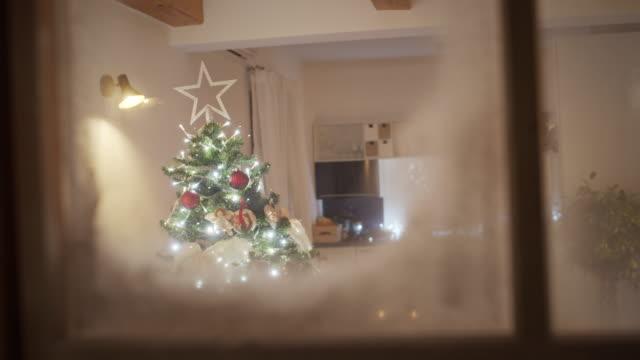 ls gemütlich dekoriertwohnzimmer für die weihnachtsnacht - weihnachtsbaum stock-videos und b-roll-filmmaterial