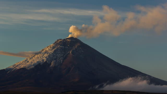 vídeos y material grabado en eventos de stock de cotopaxi volcano, ecuador erupting at dawn on the  21st of october 2015 - erupcionar