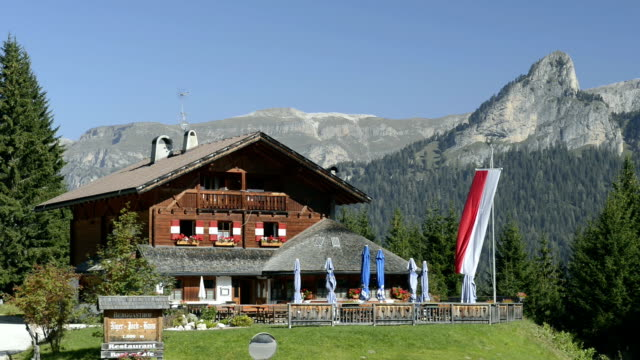 cottage in front of rosengarten mountain - landhaus stock-videos und b-roll-filmmaterial