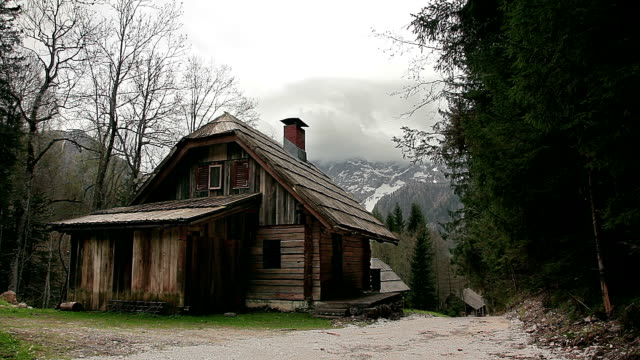 hd: cottage delle alpi - chalet video stock e b–roll