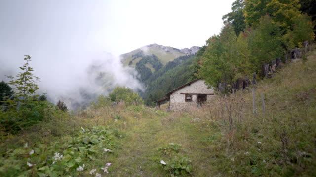 cottage in den bergen - wildnis stock-videos und b-roll-filmmaterial
