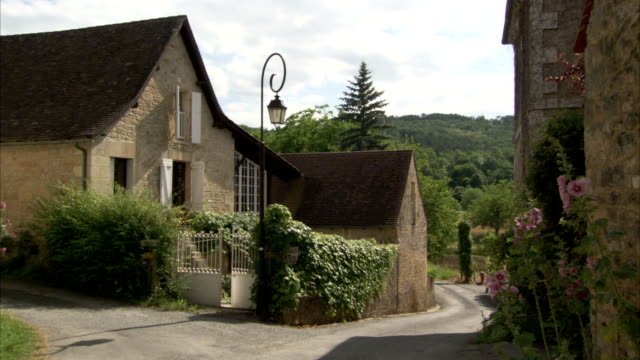 vidéos et rushes de a cottage on the corner of a country road available in hd - scène rurale