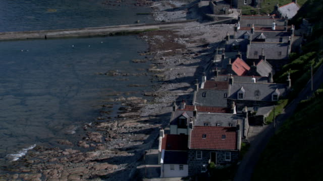 cottages in the village of crovie overlook the ocean. available in hd. - クロヴィー点の映像素材/bロール