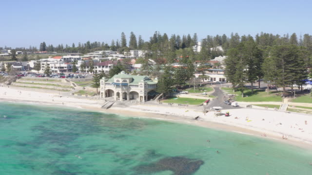 cottesloe beach är en populär plats för turister att besöka i perth, western australia, australien. - western australia bildbanksvideor och videomaterial från bakom kulisserna