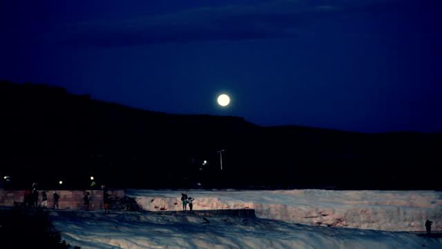 vídeos y material grabado en eventos de stock de hd: castillo de algodón'pamukkale en noche - diseño natural