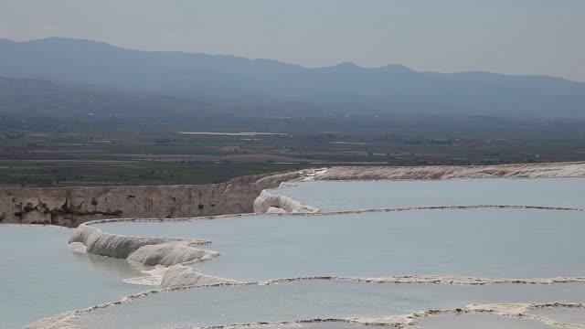 vídeos de stock e filmes b-roll de hd: castelo de algodão'pamukkale' - piscina térmica