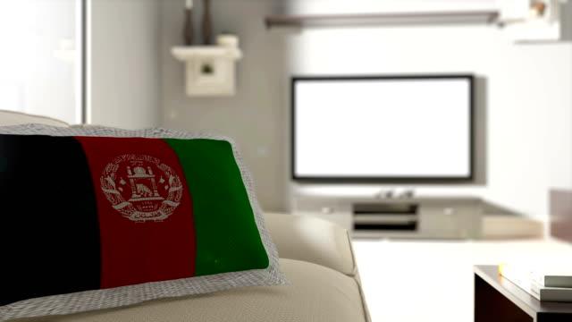Couch und Fernseher mit Flagge von Afghanistan
