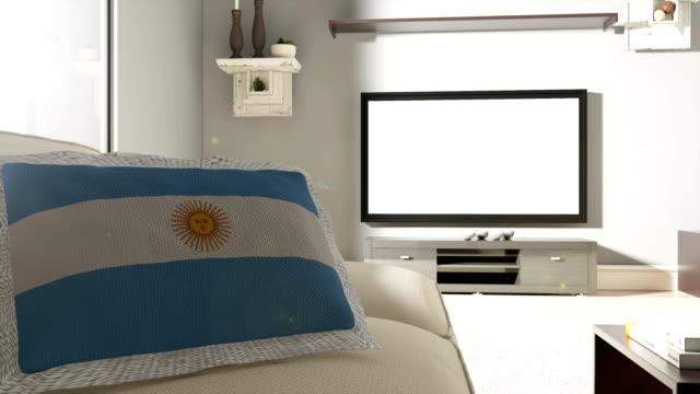 couch und fernseher mit flagge argentiniens - argentinische flagge stock-videos und b-roll-filmmaterial