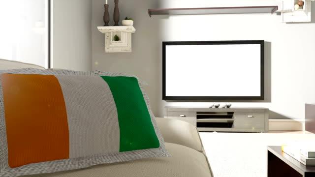 ソファとテレビのフラグのコートジボワール - 交代点の映像素材/bロール