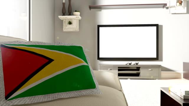 vídeos de stock, filmes e b-roll de sofá e tv com bandeira da guiana - almofada