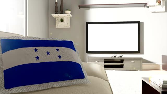 vídeos de stock, filmes e b-roll de sofá e tv com bandeira de honduras - almofada