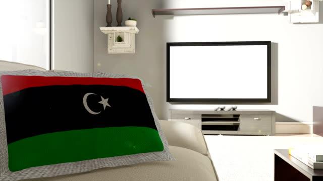 vídeos de stock, filmes e b-roll de sofá e tv com bandeira da líbia - almofada