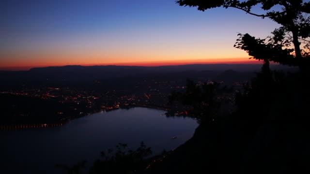 coucher de soleil sur annecy illuminé - auvergne rhône alpes stock videos & royalty-free footage
