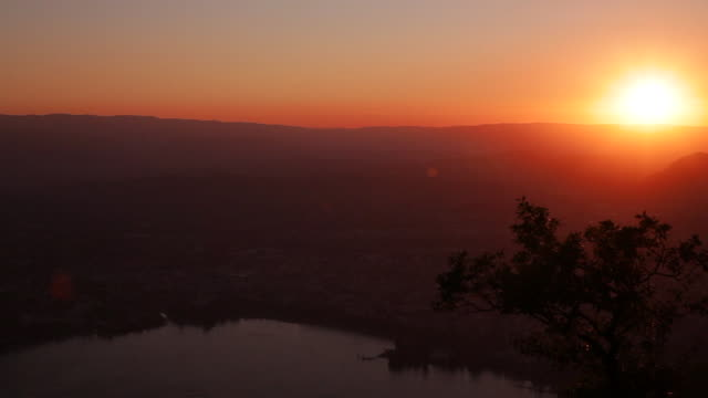 coucher de soleil sur annecy - auvergne rhône alpes stock videos & royalty-free footage
