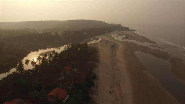 coucher de soleil sur goa en inde [drone] - inde stock videos & royalty-free footage