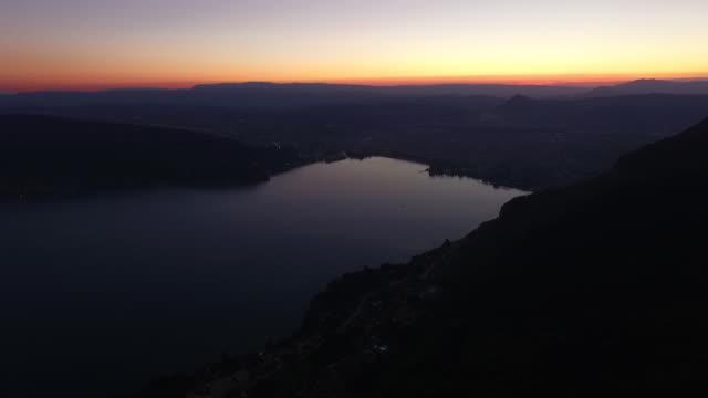 coucher de soleil sur le lac d'annecy - auvergne rhône alpes stock videos & royalty-free footage