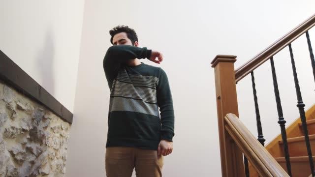 vídeos de stock, filmes e b-roll de tossir no cotovelo - tossir da maneira certa - tossindo