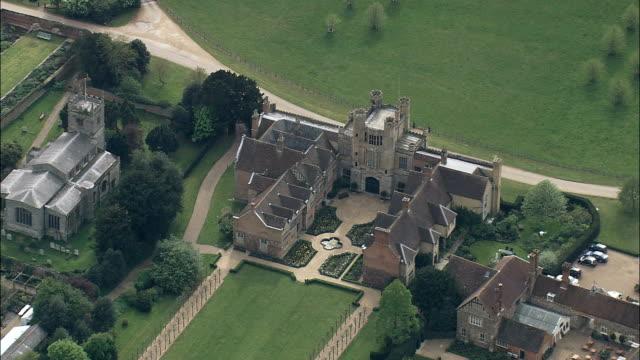 vídeos de stock e filmes b-roll de coughton tribunal-vista aérea-inglaterra, warwickshire, stratford-em-avon distrito, reino unido - tudor