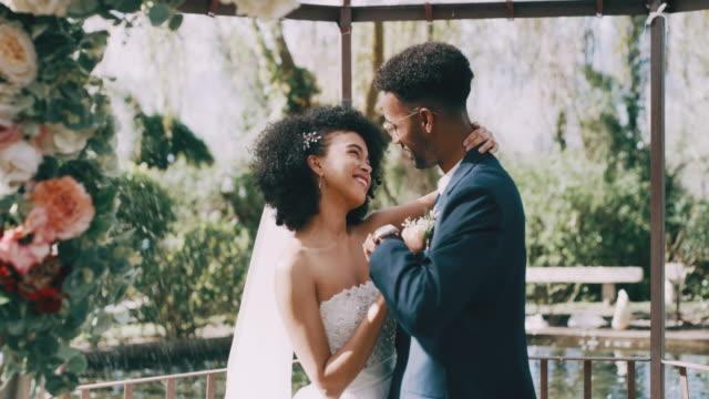 vídeos de stock, filmes e b-roll de eu poderia olhar para estes olhos para sempre - casado