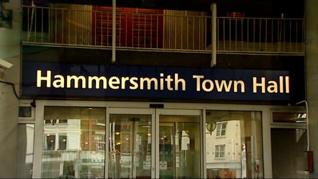 vídeos de stock e filmes b-roll de london ext hammersmith town hall royal borough of kensington and chelsea sign on door and exterior of building - town hall
