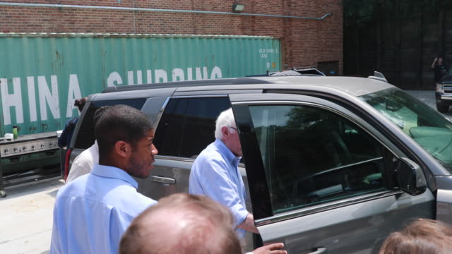 stockvideo's en b-roll-footage met reporters ask questions after senator bernie sanders who is running for the democratic nomination for president of the united states listened to... - presidentskandidaat