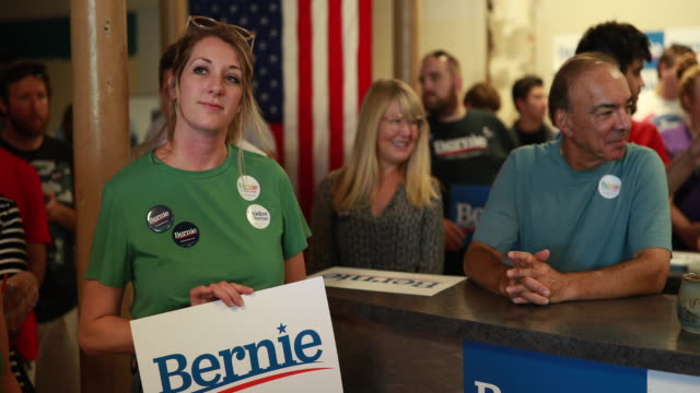 vídeos de stock e filmes b-roll de supporters wait to hear senator bernie sanders who is running for the democratic nomination for president of the united states speaks to supporters... - partido democrático eua