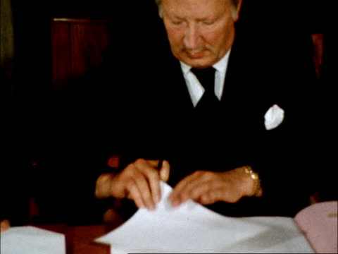 council of ireland agreement:; england: sunningdale: int zoom in edward heath signs passes paper to mr cosgrave tilt him as signs all stand and shake... - zoom out 個影片檔及 b 捲影像