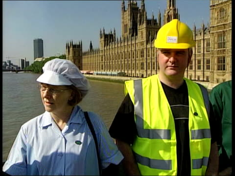 vídeos de stock e filmes b-roll de council workers strike; itn england: london: ext striking local government employees standing with effigy of chancellor gordon brown mp and holding... - european union coin