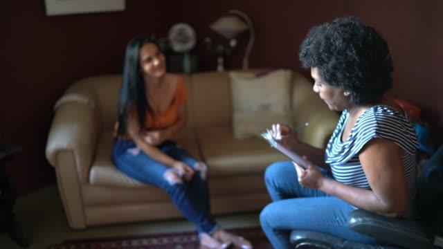 vídeos de stock, filmes e b-roll de conselheira/ terapeuta ouve cliente em sua casa - orientação