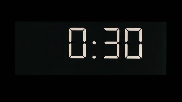 countdown von 30 sekunden auf fluoreszierende digitalanzeige auf null - 30 seconds or greater stock-videos und b-roll-filmmaterial
