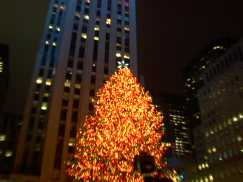 countdown to tree lighting at the 74th annual rockefeller center christmas tree lighting ceremony at rockefeller center in new york city, new york. - illuminazione dell'albero di natale del rockefeller center video stock e b–roll