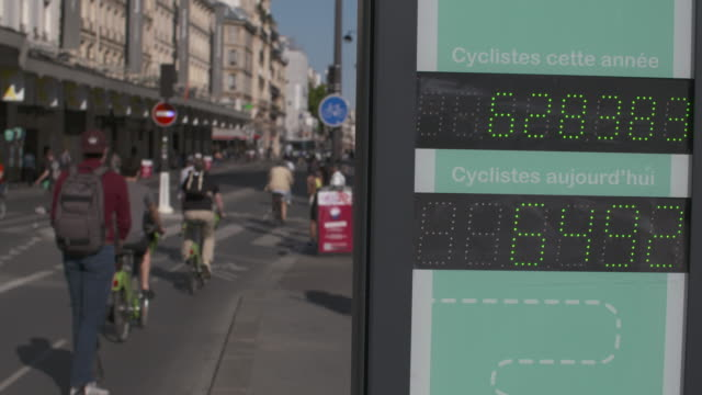 vidéos et rushes de counter for the number of bikes that have passed since the start of the year and the same day, rue de rivoli. bike path.france has started a... - compteur