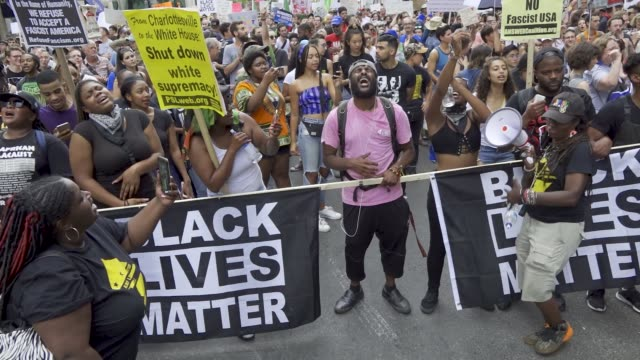 stockvideo's en b-roll-footage met counter protesters outnumbered white nationalists in washington dc reportedly less than two dozen altright demonstrators marched in washington dc... - black lives matter