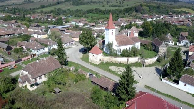 counterclockwise flight around the fortified church in bruiu - tornspira bildbanksvideor och videomaterial från bakom kulisserna