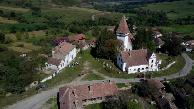 vidéos et rushes de counterclockwise flight around the fortified church in somartin, sibiu - transylvanie