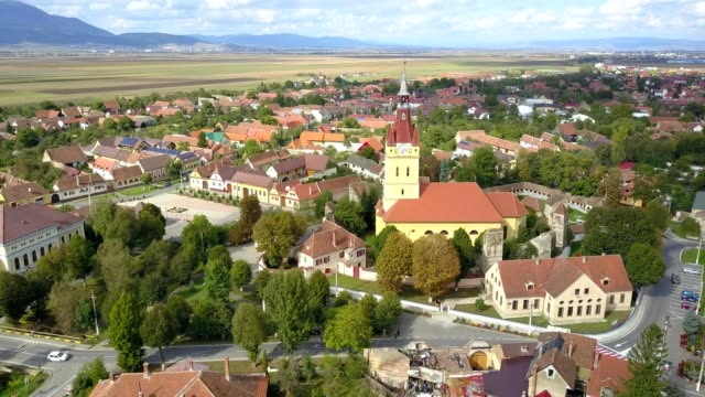 counterclockwise revolving flight around the fortified church in cristian, braso - transilvania video stock e b–roll