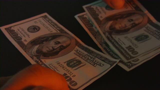 gefälschte geld dollar-währung. private banking. ultraviolettlicht. - anpassen stock-videos und b-roll-filmmaterial