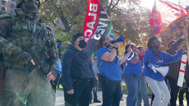 vidéos et rushes de counter-protesters gather during a pro-trump demonstration over election ballot counting outside the michigan state capitol building on november 07,... - lansing