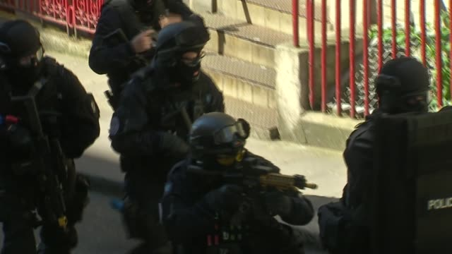 counterterrorism exercise held in central london ext armed police officers taking part in counterterrorism excercise advaning along street towards... - counter terrorism stock videos & royalty-free footage