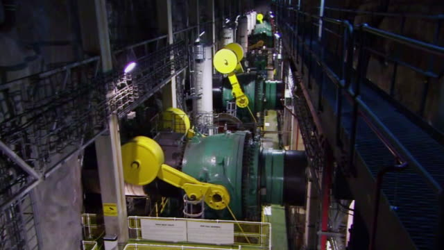 stockvideo's en b-roll-footage met counterweights opening and closing in the turbine hall of dinorwig hydro-electric power station - waterkracht