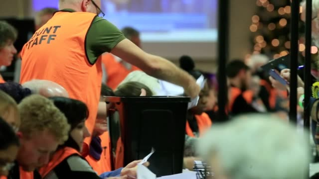 vídeos y material grabado en eventos de stock de counting begins in the seat of newcastle-under-lyme - a labour-held constituency that could swing to the conservatives. - distrito electoral