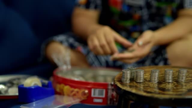 vidéos et rushes de comptant pièces de - établissement financier