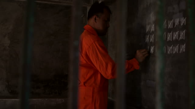 vídeos de stock, filmes e b-roll de contando os dias na prisão - prisioneiro