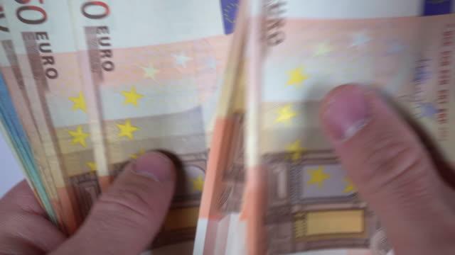 vidéos et rushes de comptage des billets en euros - décompte