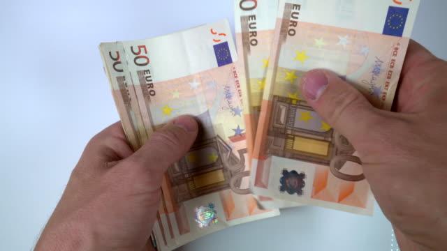 vídeos de stock, filmes e b-roll de contagem de notas de euro - nota de cinquenta euros