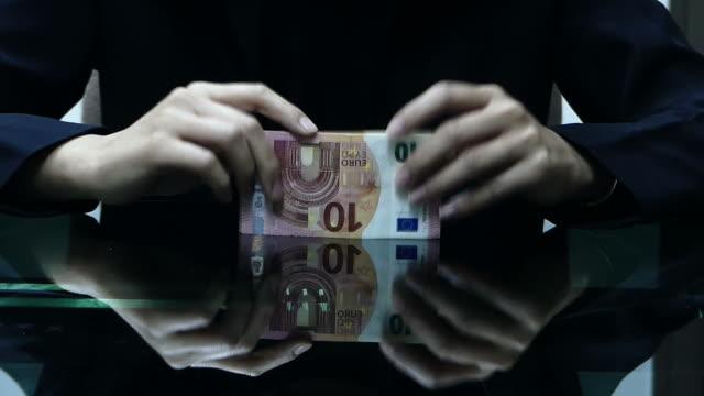 vídeos y material grabado en eventos de stock de contar dinero de euro - contar