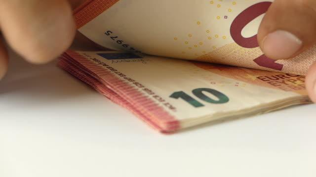 vídeos de stock, filmes e b-roll de contando dinheiro euro - moeda da união europeia